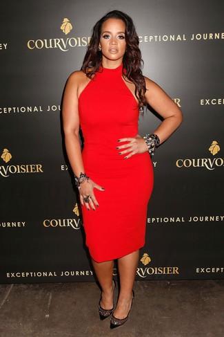 Comment porter une bague noire: Marie une robe moulante rouge avec une bague noire pour un look confortable et décontracté. Complète ce look avec une paire de des escarpins en daim ornés noirs.