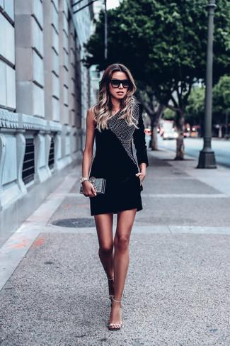 Pense à opter pour une robe moulante en velours ornée noire et une montre dorée pour une tenue raffinée mais idéale le week-end. Une paire de des sandales à talons en cuir ornées argentées est une façon simple d'améliorer ton look.