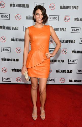 Comment porter: robe moulante en cuir orange, sandales à talons en cuir beiges, pochette en cuir dorée, bracelet doré