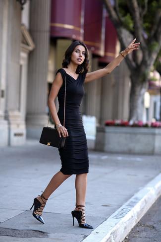 Associe une robe moulante noire avec une montre dorée et tu auras l'air d'une vraie poupée. D'une humeur audacieuse? Complète ta tenue avec une paire de des sandales spartiates en cuir noires.