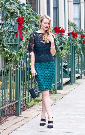 Porte une robe moulante en dentelle bleu canard et une pochette en cuir noire pour une tenue raffinée mais idéale le week-end. Une paire de des escarpins en daim noirs rendra élégant même le plus décontracté des looks.