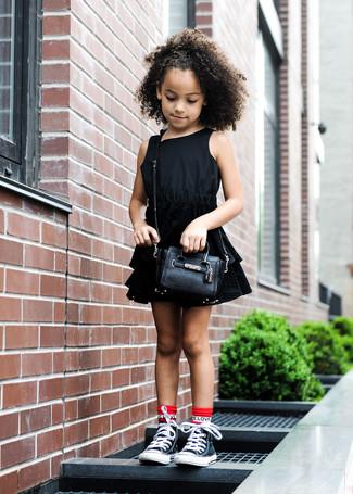 Comment porter: robe noire, baskets noires, sac noir, chaussettes rouges
