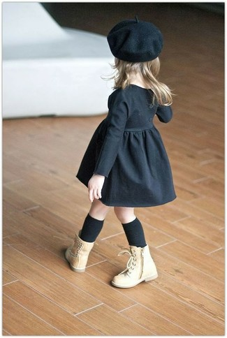 Comment porter: robe noire, bottes marron clair, béret noir, chaussettes noires