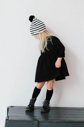 Comment porter: robe noire, bottes noires, bonnet à rayures horizontales blanc, chaussettes noires