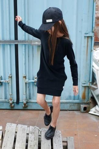 Comment porter: robe noire, chaussures richelieu noires, casquette de base-ball noire