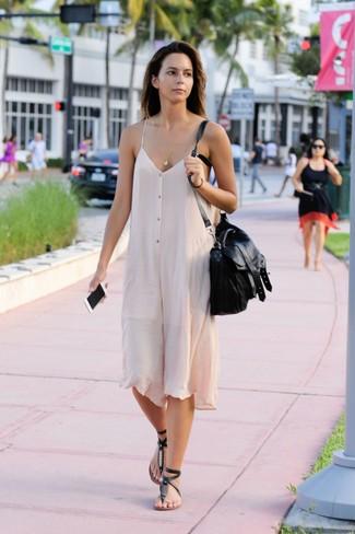 Comment porter des tongs en cuir ornées noires: Choisis une robe nuisette beige pour achever un look chic. D'une humeur créatrice? Assortis ta tenue avec une paire de des tongs en cuir ornées noires.