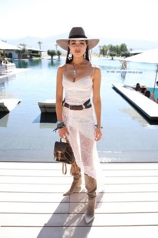 Comment porter: robe nuisette en dentelle blanche, bottes hauteur genou en daim beiges, sac à dos en cuir marron foncé, chapeau en laine gris