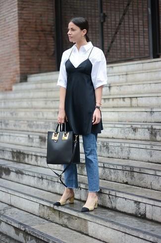 Comment porter: robe nuisette en soie noire, chemise boutonnée à manches courtes blanche, jean bleu, escarpins en cuir noir et marron clair