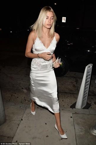 Tendances mode femmes: Porte une robe nuisette en satin blanche pour une tenue confortable aussi composée avec goût. Une paire de des escarpins en cuir blancs est une option judicieux pour complèter cette tenue.