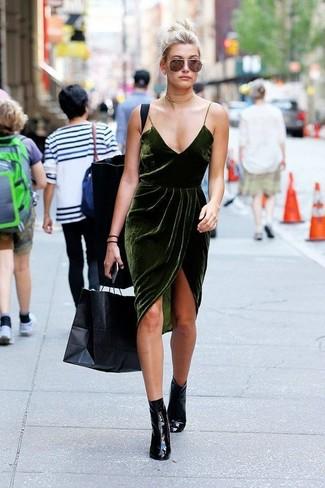 Comment porter: robe nuisette en velours vert foncé, bottines en cuir noires, collier ras de cou doré
