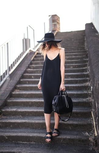 Comment porter: robe nuisette noire, sandales plates en cuir noires, sac fourre-tout en cuir noir, chapeau en laine noir