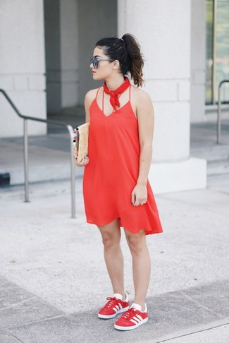 Comment porter: robe nuisette rouge, baskets basses rouges, pochette de paille marron clair, bandana rouge