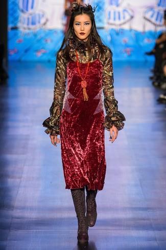 Comment porter un chemisier à manches longues à volants noir: Essaie de marier un chemisier à manches longues à volants noir avec une robe nuisette en velours rouge pour une tenue raffinée mais idéale le week-end. Une paire de des bottes hauteur genou en daim noires est une option astucieux pour complèter cette tenue.