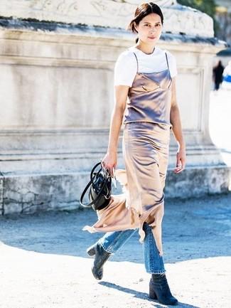 Tendances mode femmes: Marie une robe nuisette dorée avec un jean bleu pour une tenue raffinée mais idéale le week-end. Cet ensemble est parfait avec une paire de des bottines en denim bleu marine.