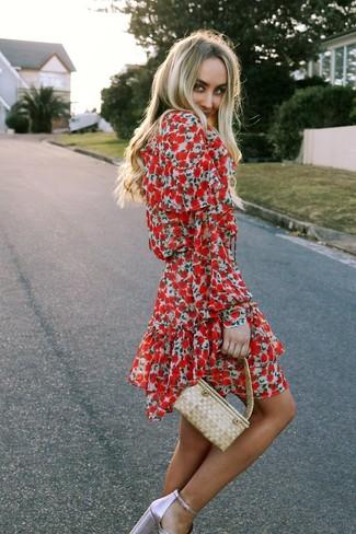 Comment porter: robe patineuse à fleurs rouge, sandales à talons en cuir roses, sac à main de paille beige