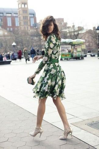 Pense à opter pour une robe patineuse à fleurs verte pour achever un look chic. Apportez une touche d'élégance à votre tenue avec une paire de des sandales à talons en cuir dorées femmes Marc Ellis.