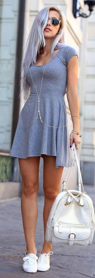 Comment porter un sac à dos en cuir argenté: Pense à marier une robe patineuse grise avec un sac à dos en cuir argenté pour une impression décontractée. Une paire de baskets basses blanches est une option parfait pour complèter cette tenue.