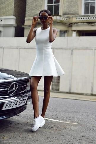 8d93a41c44e0 Des baskets basses à porter avec une robe patineuse blanche (7 ...
