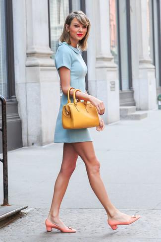 Tenue de Taylor Swift: Robe patineuse bleu clair, Escarpins en cuir orange, Sac fourre-tout en cuir jaune
