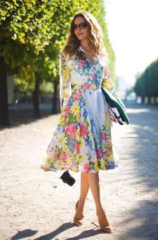 Comment porter une robe patineuse à fleurs blanche: Pense à porter une robe patineuse à fleurs blanche pour créer un style chic et glamour. Cette tenue se complète parfaitement avec une paire de des sandales à talons en daim moutarde.