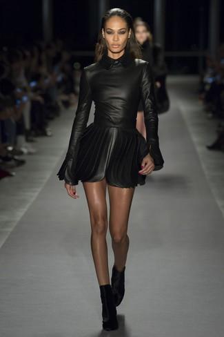 Comment porter: robe patineuse en cuir noire, bottines en velours noires