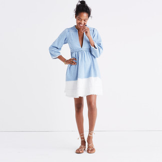 Comment porter: robe patineuse en denim bleu clair, sandales spartiates en cuir beiges