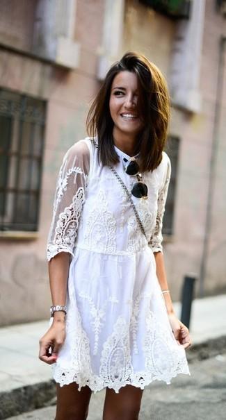 Comment porter: robe patineuse en dentelle blanche, lunettes de soleil noir et doré, montre argentée