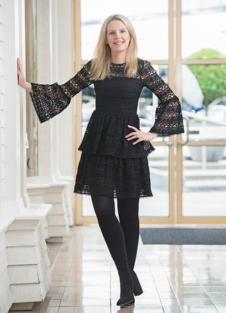 Comment porter: robe patineuse en dentelle noire, bottines en daim noires, collants noirs