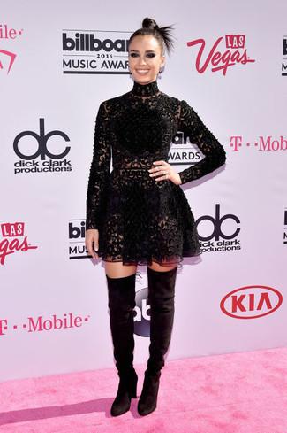 Tenue de Jessica Alba: Robe patineuse en dentelle noire, Cuissardes en daim noires