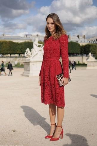 Comment porter: robe patineuse en dentelle rouge, escarpins en cuir rouges, pochette en daim imprimée léopard marron clair