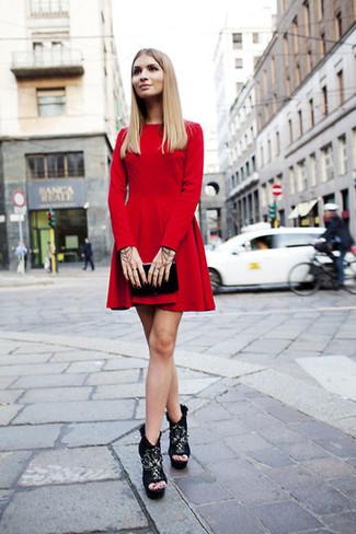 Pour une tenue de tous les jours pleine de caractère et de personnalité harmonise une robe patineuse en velours rouge avec une pochette en cuir noire Tory Burch. D'une humeur créatrice? Assortis ta tenue avec une paire de des bottines en daim épaisses noires.