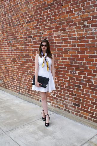 Comment porter: robe patineuse blanche, escarpins compensés en daim noirs, pochette en cuir découpée noire, écharpe en soie multicolore