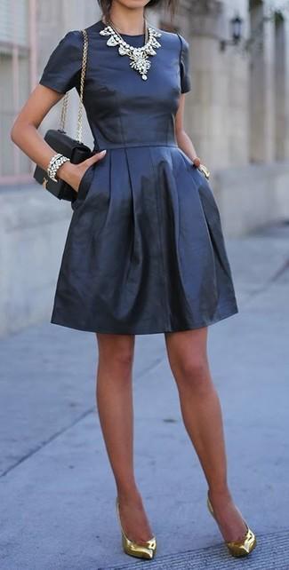 Pense à porter une robe patineuse en cuir noire pour une tenue confortable aussi composée avec goût. D'une humeur créatrice? Assortis ta tenue avec une paire de des escarpins en cuir dorés.