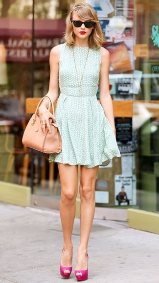 Tenue de Taylor Swift: Robe patineuse vert menthe, Escarpins en cuir fuchsia, Sac fourre-tout en cuir marron clair, Lunettes de soleil noires