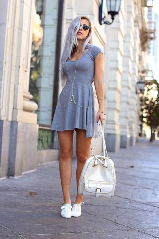 Comment porter un sac à dos en cuir blanc: Essaie d'associer une robe patineuse grise avec un sac à dos en cuir blanc pour une tenue relax mais stylée. Une paire de des baskets basses en toile blanches s'intégrera de manière fluide à une grande variété de tenues.