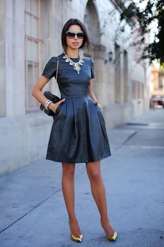 Porte une robe patineuse en cuir noire pour affronter sans effort les défis que la journée te réserve. Une paire de des escarpins en cuir dorés apportera une esthétique classique à l'ensemble.
