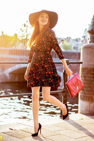 Comment porter: robe patineuse imprimée noire, escarpins en daim noirs, cartable en cuir rouge, chapeau en laine noir
