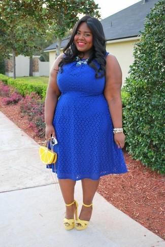 Comment porter: robe patineuse en dentelle bleue, sandales à talons en cuir jaunes, pochette jaune, lunettes de soleil blanches