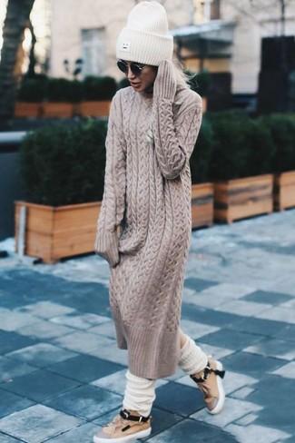 Comment porter: robe-pull beige, baskets basses en cuir marron clair, bonnet en tricot blanc, chaussettes en laine blanches