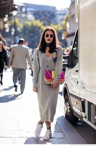 Comment porter: robe-pull grise, baskets basses en cuir blanches, cartable en cuir multicolore, écharpe en soie imprimée bleu canard