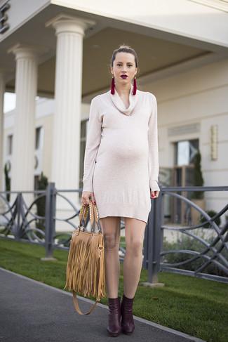 Comment porter: robe-pull beige, bottines en cuir bordeaux, sac fourre-tout en cuir à franges marron clair, boucles d'oreilles bordeaux