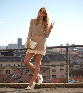 Comment porter: robe-pull beige, escarpins compensés en cuir blancs, pochette en cuir blanche, collier doré