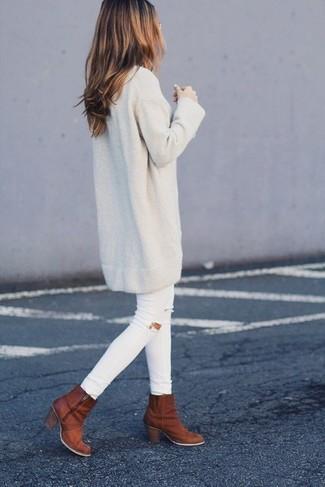 Comment porter: robe-pull beige, jean skinny déchiré blanc, bottines en cuir tabac
