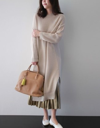 Comment porter: robe-pull beige, jupe longue plissée dorée, ballerines en cuir blanches, sac fourre-tout en cuir marron clair