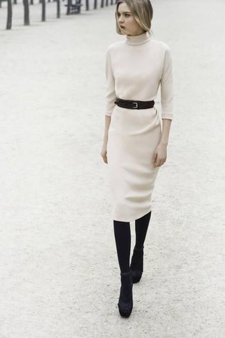 Comment porter: robe-pull beige, sandales à talons en daim noires, ceinture serre-taille en cuir noire, collants en laine noirs