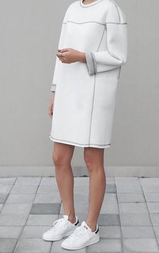 Comment porter: robe-pull blanche, baskets basses en cuir blanches et noires