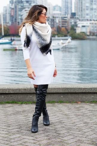 Comment porter: robe-pull blanche, cuissardes en cuir noires, écharpe blanche et noire