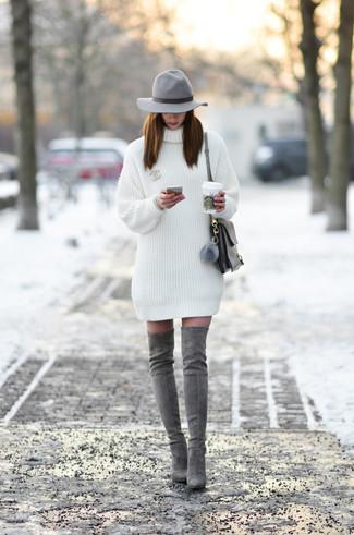 Comment porter: robe-pull blanche, cuissardes en daim grises, cartable en cuir gris, chapeau en laine gris