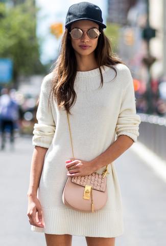Comment porter: robe-pull blanche, sac bandoulière en cuir beige, casquette noire, lunettes de soleil dorées