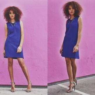 Comment porter des sandales à talons en cuir imprimées serpent grises: Opte pour une robe-pull bleue pour une tenue raffinée mais idéale le week-end. Cet ensemble est parfait avec une paire de des sandales à talons en cuir imprimées serpent grises.